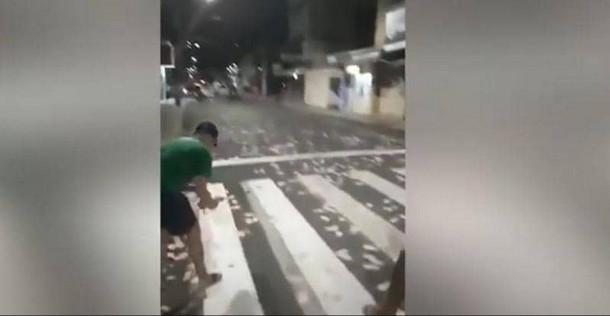 """أموال طائرة بالشوارع.. فيديو """"خطة جهنمية"""" للهرب من الشرطة"""
