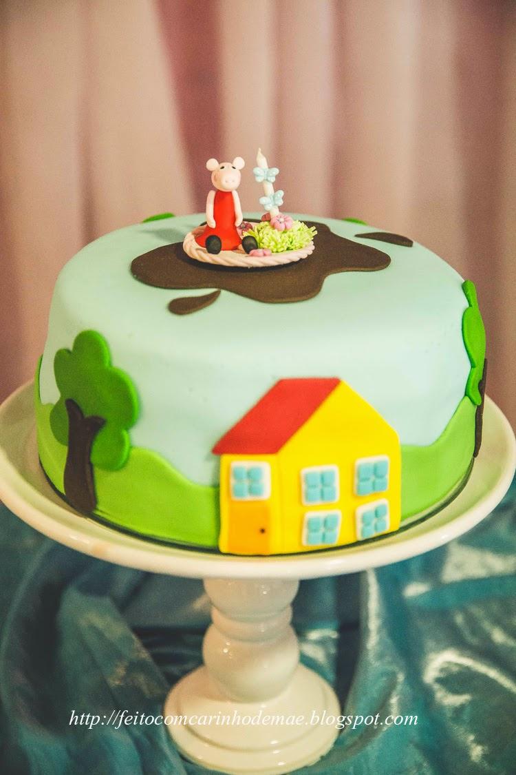bolo de pasta americana Peppa Pig em pedestal de louça