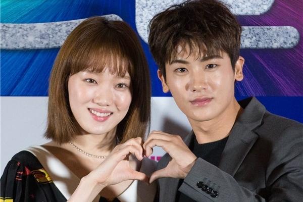 Lee Sung Kyung xuất hiện đầy nữ tính bên cạnh Park Hyung Sik
