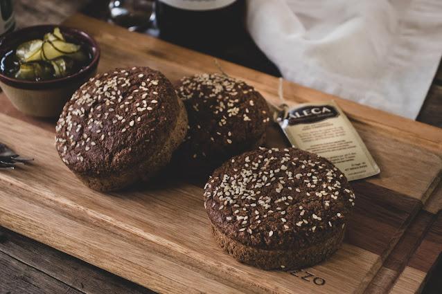 Pães de hambúrguer low carb sobre tábua de madeira