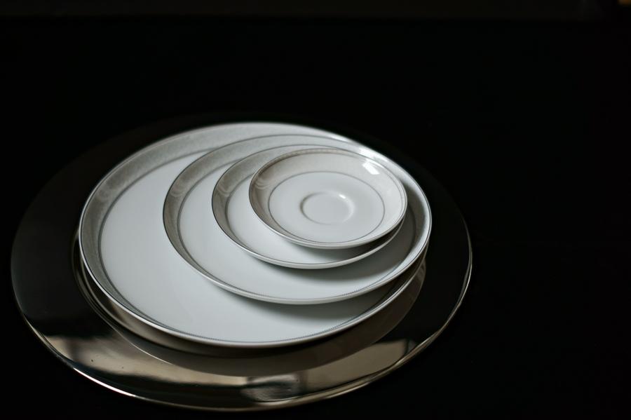 Blog + Fotografie by it's me! - Bunt ist die Welt - Teller auf einem silbernen Platzteller