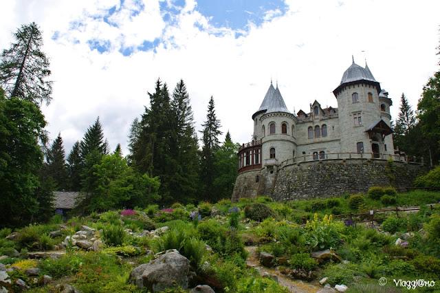 Il bel giardino botanico che corre verso il castello