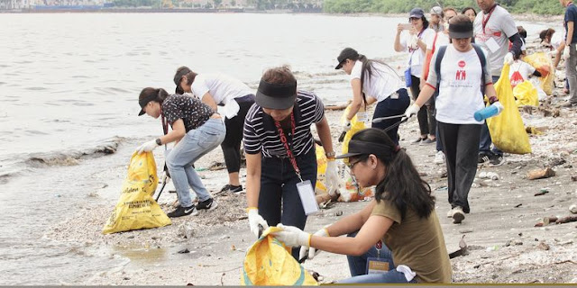 Coca-Cola Philippines volunteers in GenFest 2018 cleaning up Manila Bay