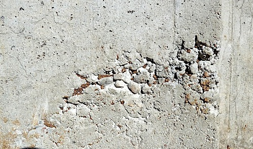 Defective concrete construction joint due to lack of proper vibration