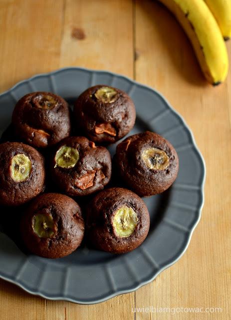 Muffinki czekoladowe z bananem i jabłkiem
