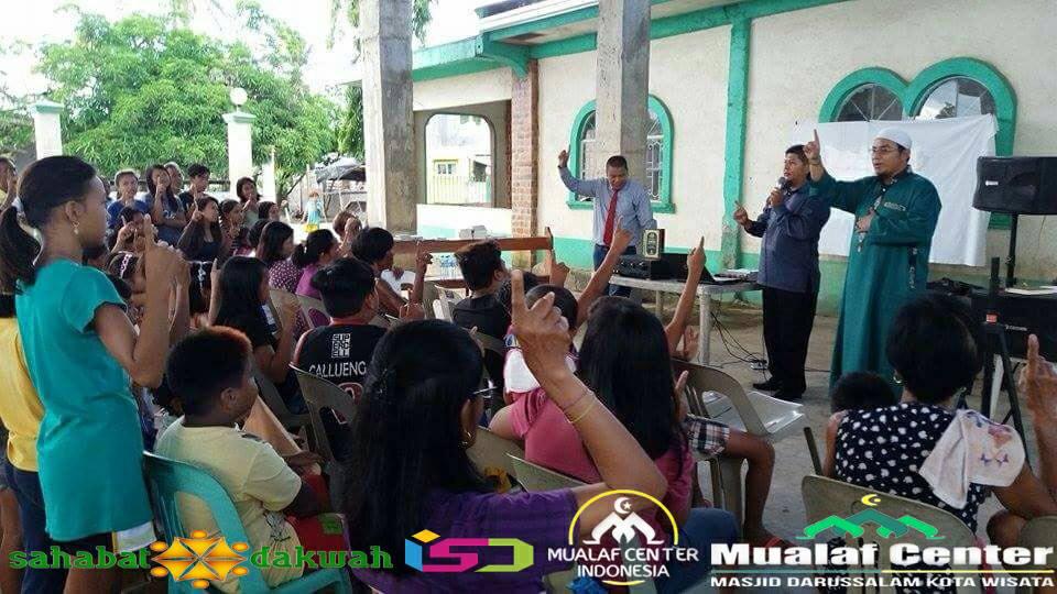 Allahu Akbar! Mantan Biarawati dan 150 Orang Warga Filipina Bersyahadat dibimbing salah satunya dari Mualaf Center Indonesia