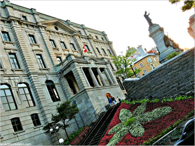 Silueta de Batman en la Estatua de Francisco de Laval en la Ciudad de Quebec