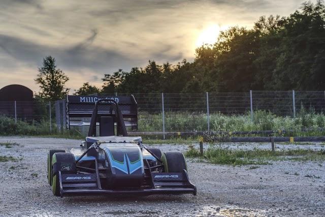 Autos de carreras eléctricos a máxima velocidad