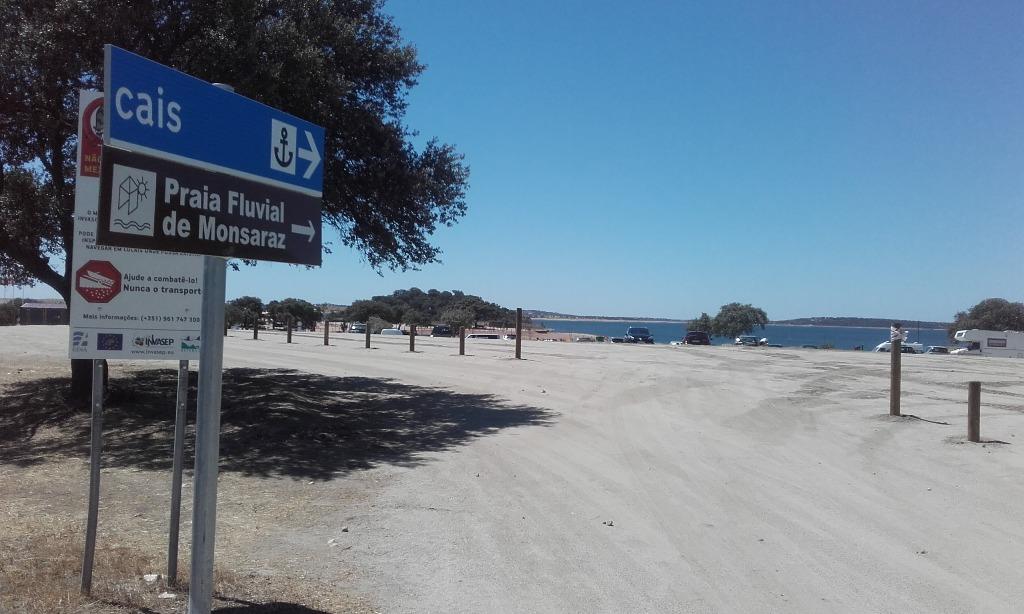 Placa de direção á Praia Fluvial de Monsaraz