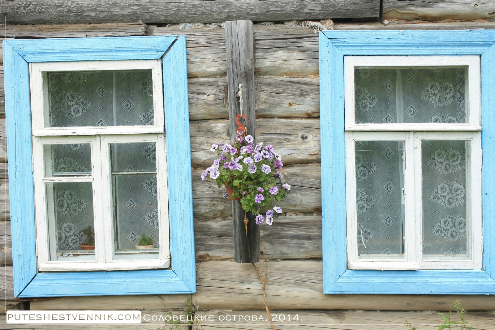 Окна деревянного дома на Соловках