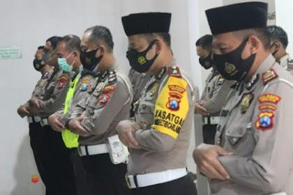 Polisi di Sidoarjo Gelar Shalat Gaib, Doakan Korban Pesawat Sriwijata Air