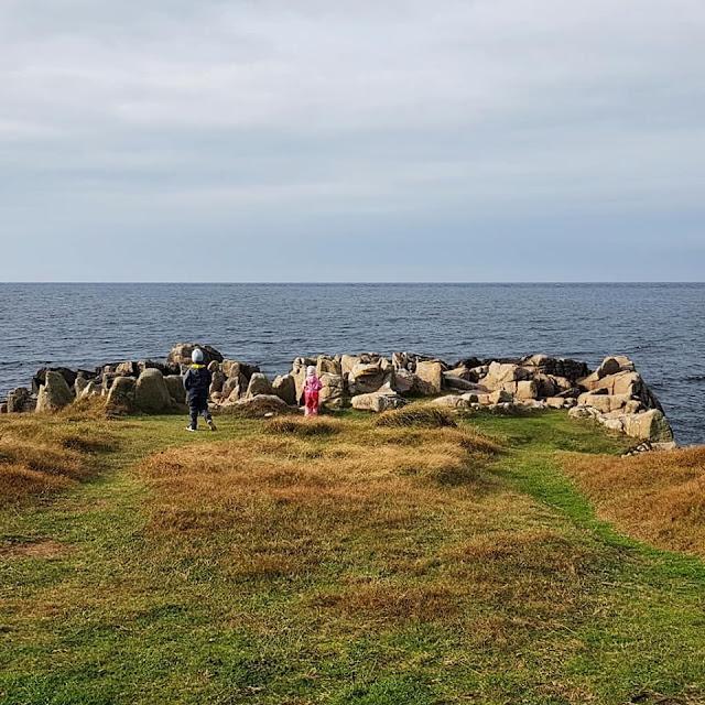 Wandern auf Bornholm: Rund um Hammerknuden. Felsen und der Blick auf die Ostsee - das fanden auch unsere Kinder spannend.