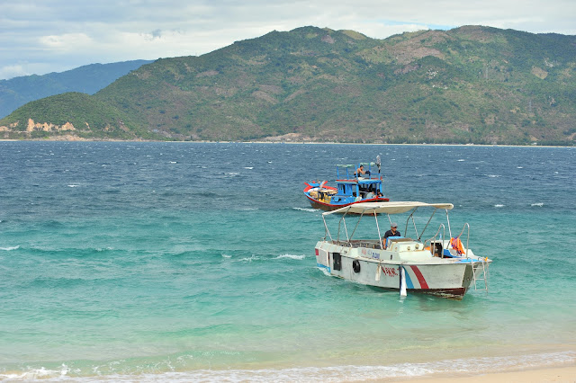 Du thuyền tham quan đảo Hòn Nưa