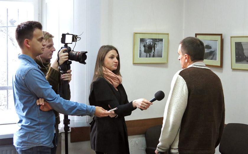 Сергій Лесів дає інтерв'ю для студентського телебачення Franko TV.