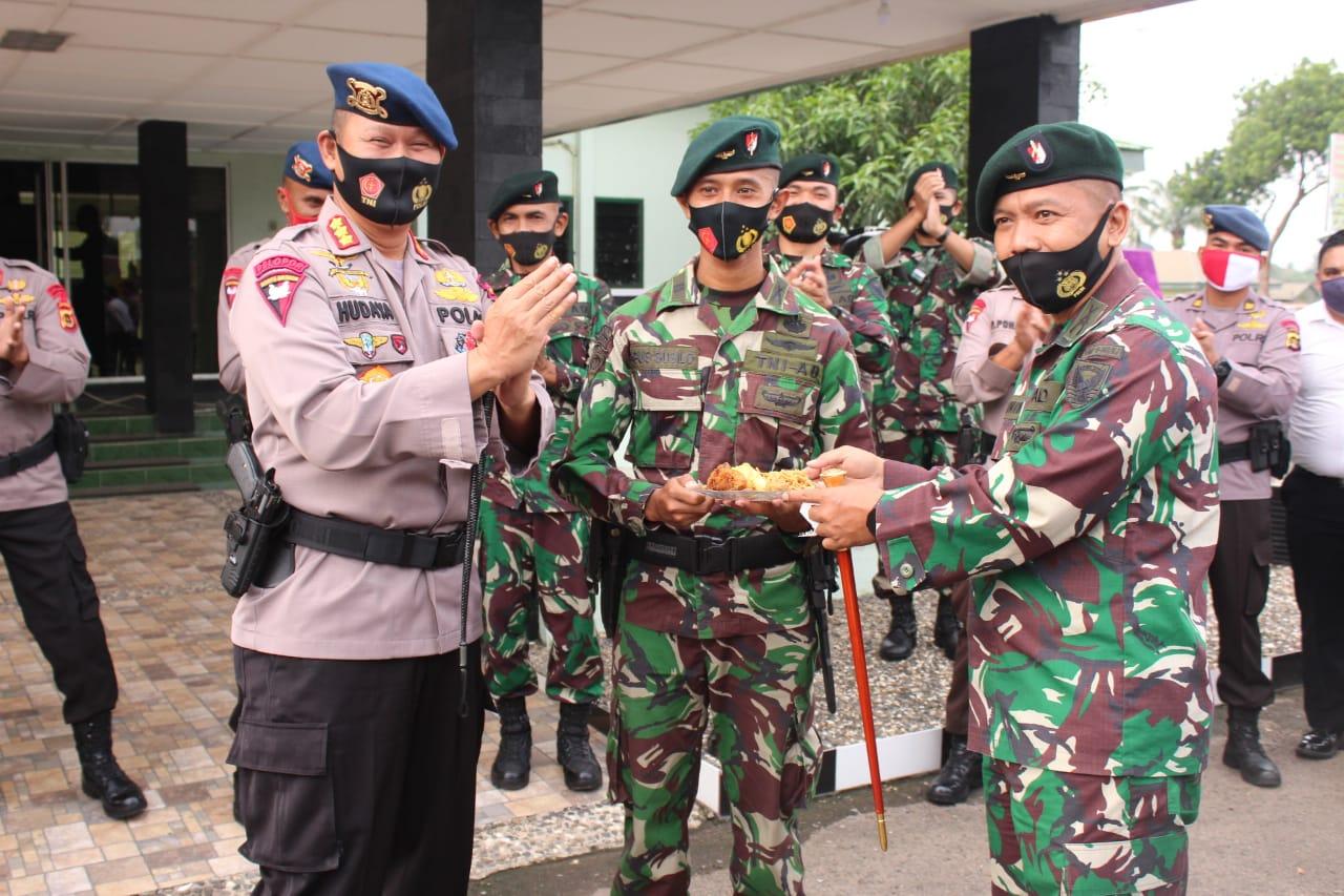 Dansat Brimob Jambi Beri Ucapan Hut TNI ke 75 Kepada Yonif Raider 142/KJ Jambi
