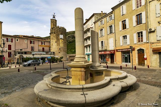 Fuente del Bicentenario y Torre del Reloj, Anduze - Francia, por El Guisante Verde Project