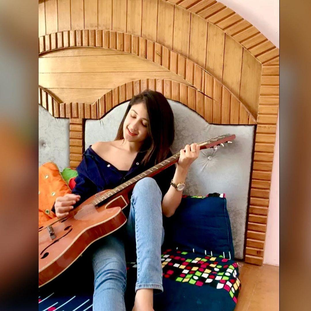 Komal Negi with guitar