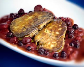 Escalope de foie caliente sobre una salsa de frutas del bosque