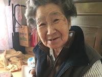 Nenek ini Perbaiki Jeans Cucunya yang Sobek, yang Terjadi bikin Semua Orang Haru Lihat Kepolosannya