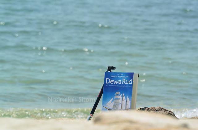 Buku Dewa Ruci di tepian pantai Pulau Panjang Jepara