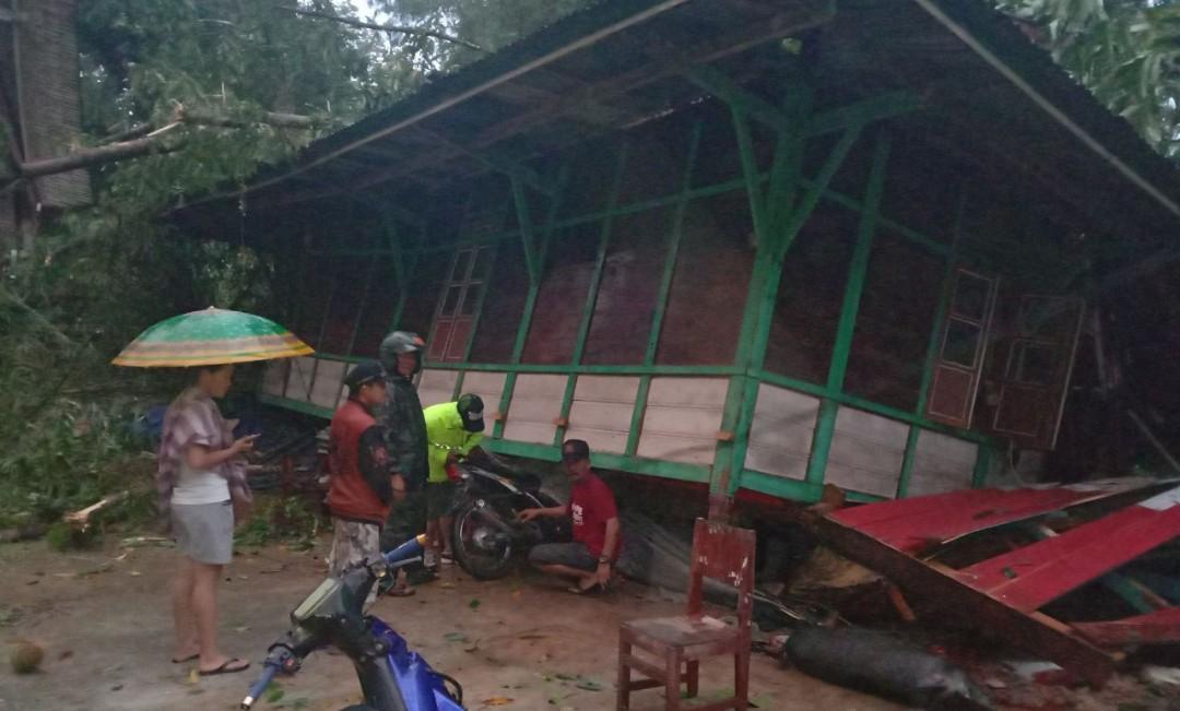 Puting Beliung Mengamuk di Lembang Sangbua, 3 Rumah dan 4 Motor Hancur