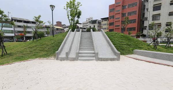 台中西區|東昇公園(細兒215公園)|磨石子溜滑梯|沙坑|綠草坪|特色公園|親子|12感官遊具