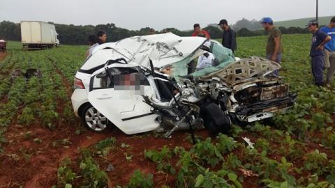 Batida entre carro e caminhão deixa três mortos e três feridos na PR459