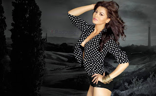 Urvashi-Rautela-Download-HD-Images-High-Quality-Wallpapers-9