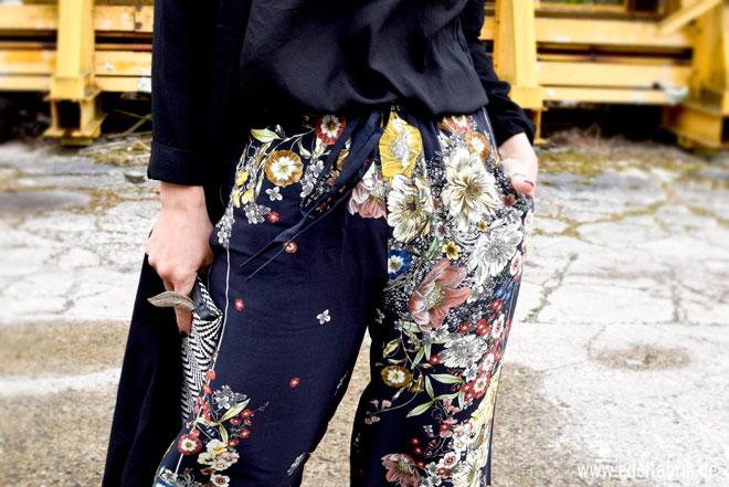 dunkle Hose mit Blumen von Zara