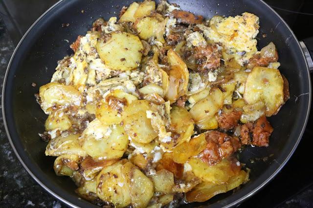Huevos rotos con morcilla de arroz y chorizo