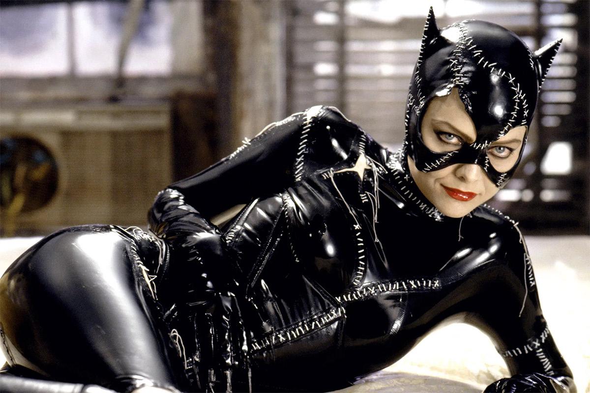 """Vídeo de bastidores mostra Michelle Pfeiffer arrasando com o chicote da Mulher-Gato nas gravações de """"Batman: O Retorno"""""""
