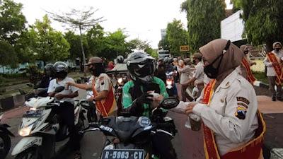 PNS Polres Purbalingga Bagikan 150 Takjil Para Pengguna Jalan