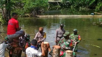 TNI-Polri Bantu Perbaiki Talud di Desa Gemeh Yang Rusak Diterjang Ombak