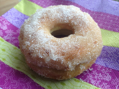 LCHF donuts med smeltet smør og sukrin. Prøv også med mørk chokolade