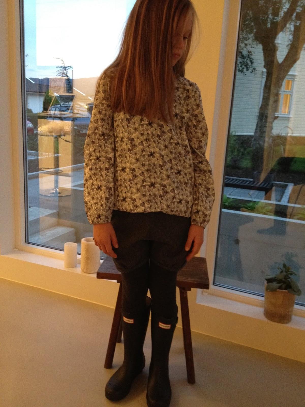 2ff05c29 Bluse (4-8 år) og shorts (4-10 år) fra Christina Rohde Hunter støvler