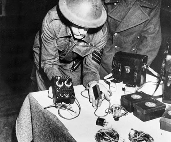 Officers displaying the S 88/5 transmitter  of Kieboom & Pons.