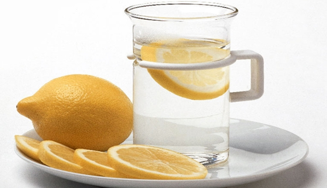 Tidak Selalu Menyehatkan, Minum Air Lemon Juga Bisa Berbahaya