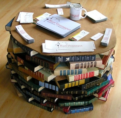 Meja terbuat dari tumpukan buku.