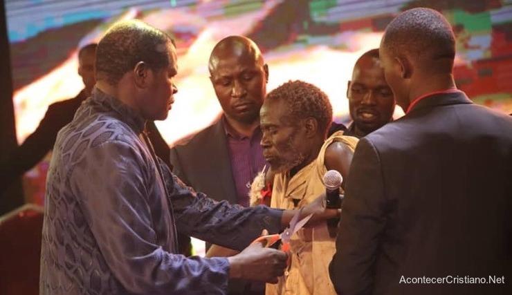Brujo de Uganda se convierte a Cristo