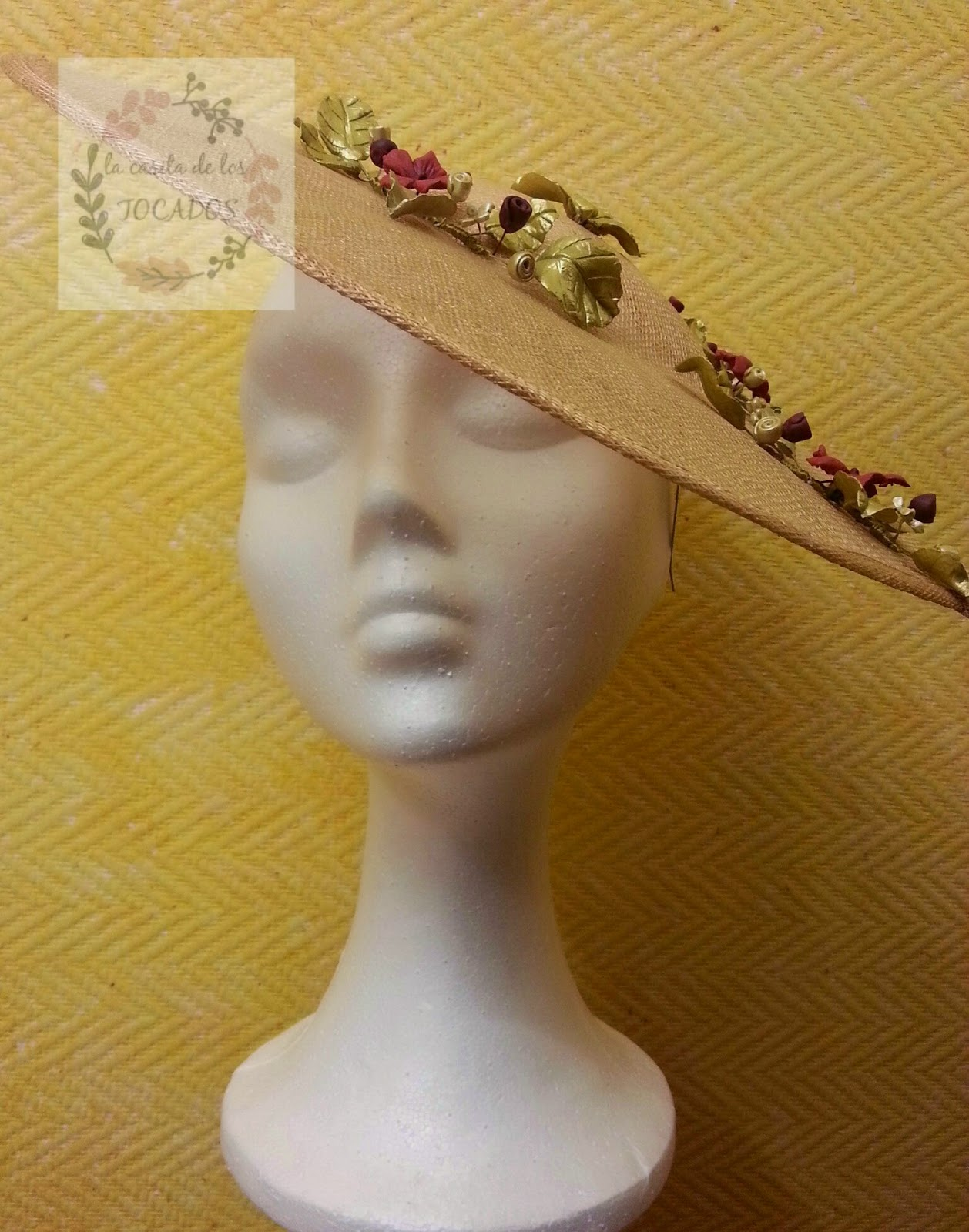 pamela artesanal para boda con sinamay y porcelana en colores dorado y rojo