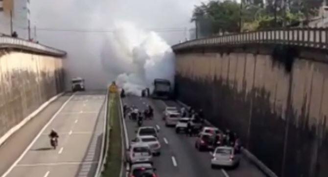 Vídeo: Carreta tem principio de incêndio na BR 230 em João Pessoa na manhã desta quinta