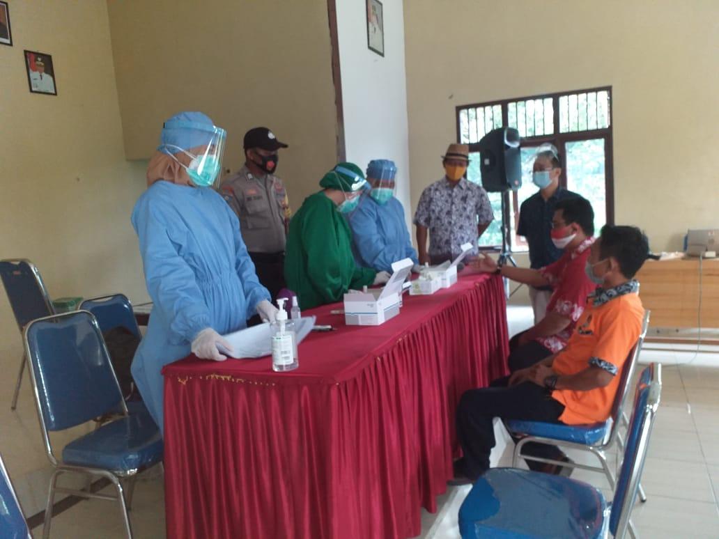 Anggota Polsek Banama Tingang Lakukan Pengawasan Kegiatan Rapid Test Deteksi Dini Covid-19 Kepada Anggota PPK Dan PPS Kecamatan Banama Tingang