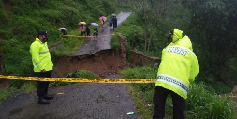 Jembatan Sungai Tuntung Gunung di Purbalingga Putus Terbawa Arus