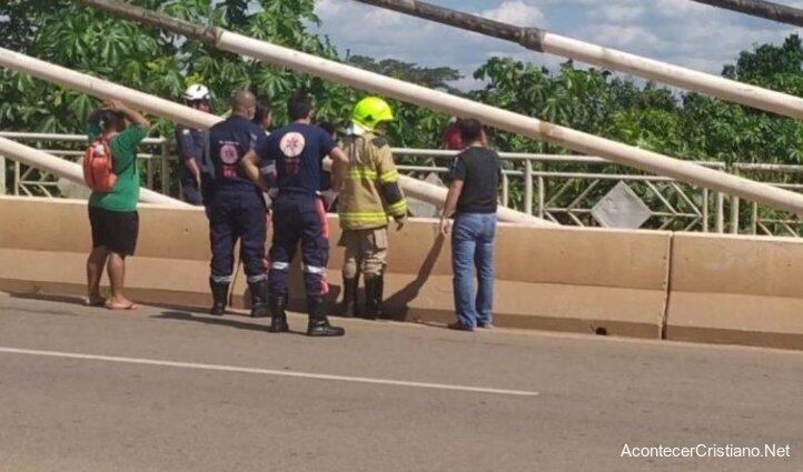 Policías y bomberos evitan suicidio de mujer desde puente