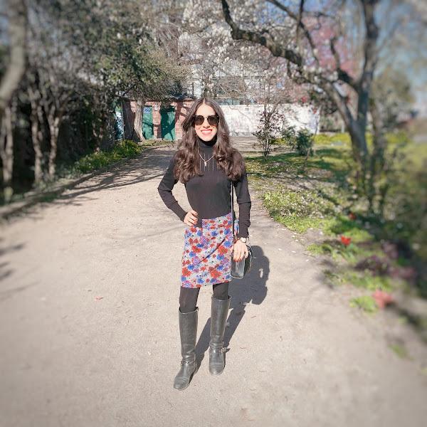 Style: Frühlingsoutfit mit Tweed-Rock, schwarzem Rollkragenpullover und Karl Lagerfeld Umhängetasche