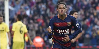 Masa Kecil Neymar: Dari Jalanan Menjadi Jutawan Seperti halnya pemain bola asal Brasil, Neymar mulai menggeluti sepak bola tidak di atas lapangan. Melainkan di jalanan atau tanah lapang berdebu yang ada di kota kelahirannya, Mogi das Cruzes, sebuah kota kecil di wilayah selatan Brasil. Ayahnya, Neymar da Silva Senior, yang mantan pesepak bola hanya bisa memasukkan Neymar ke sekolah umum. Sialnya, sekolahtersebut dikenal sebagai salah satu sekolah paling bermasalah di negara bagian Sao Paulo. Beruntung, Fino, pelatih Neymar kala masih di PortuguesaSantista, punya kenalan seorang kepala sekolah sebuah private school . Fino meminta sang kepala sekolah untuk mensponsori Neymar dan keluarganya karena tak mau bakat sepak bolanya hilang jika bertahan di sekolah umum.  Neymar memang menghabiskan sebagian masa kecilnya di daerah miskin yang banyak tersebar di Brasil. Tak jarang pemain berusia 23 tahun itu harus tidur sekamar dengan ayahnya, Neymar Sr di rumah kakeknya yang kecil--seperti yang dialami oleh jutaaan anak-anak miskin di Brasil.  Meski demikian, Neymar tidak pernah tinggal di favela. Neymar lahir di Mogi das Cruzes, Sao Paulo. Pada tahun 2003 dia dan keluarganya pindah ke Sao Vicente sebelum menetap di Santos.