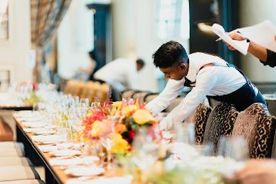 Camareros preparando mesas para boda
