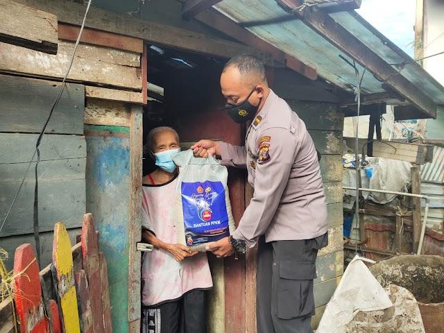 Polri Peduli, Polsek Kawasan Pelabuhan Samarinda Salurkan Bantuan Sembako kepada Warga Terdampak Covid-19