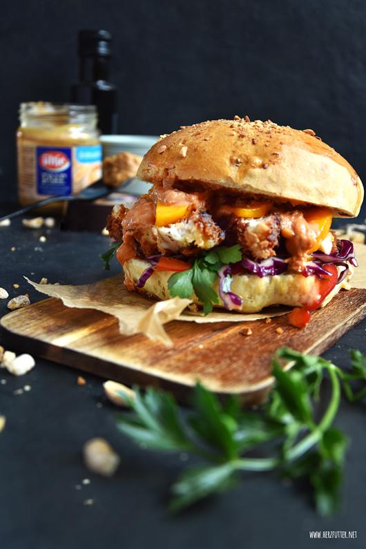 Asiatischer Burger mit dreifacher Erdnusspower: Erdnussbun mit Erdnusshähnchen und Erdnusssauce