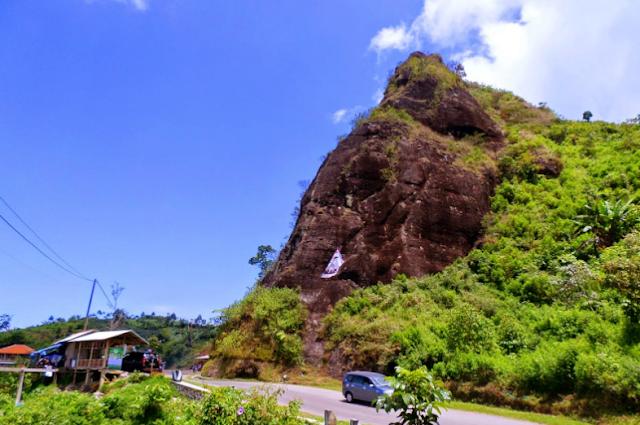 Objek Wisata Uji Nyali Batu Tumpang  di Garut
